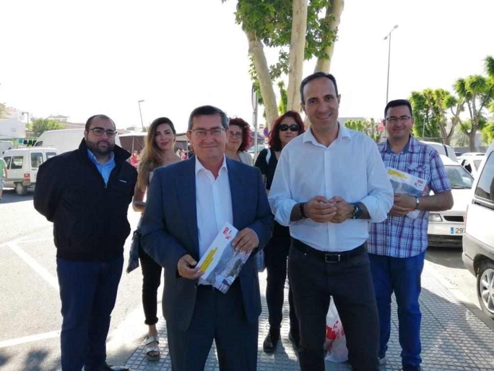 El secretario provincial del PSOE, José Entrena, y el candidato a la Alcaldía de Loja, Gonzalo Vázquez