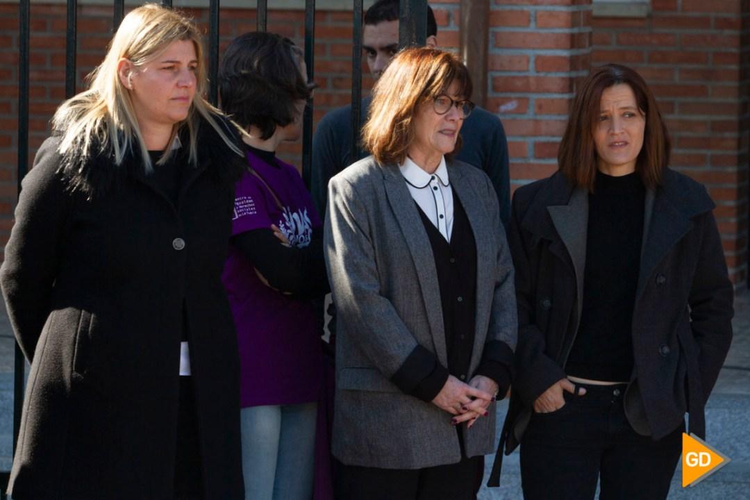 Minuto de silencio en el colegio Isabel la Catolica de la Zubia por la muerte de una de sus maestras
