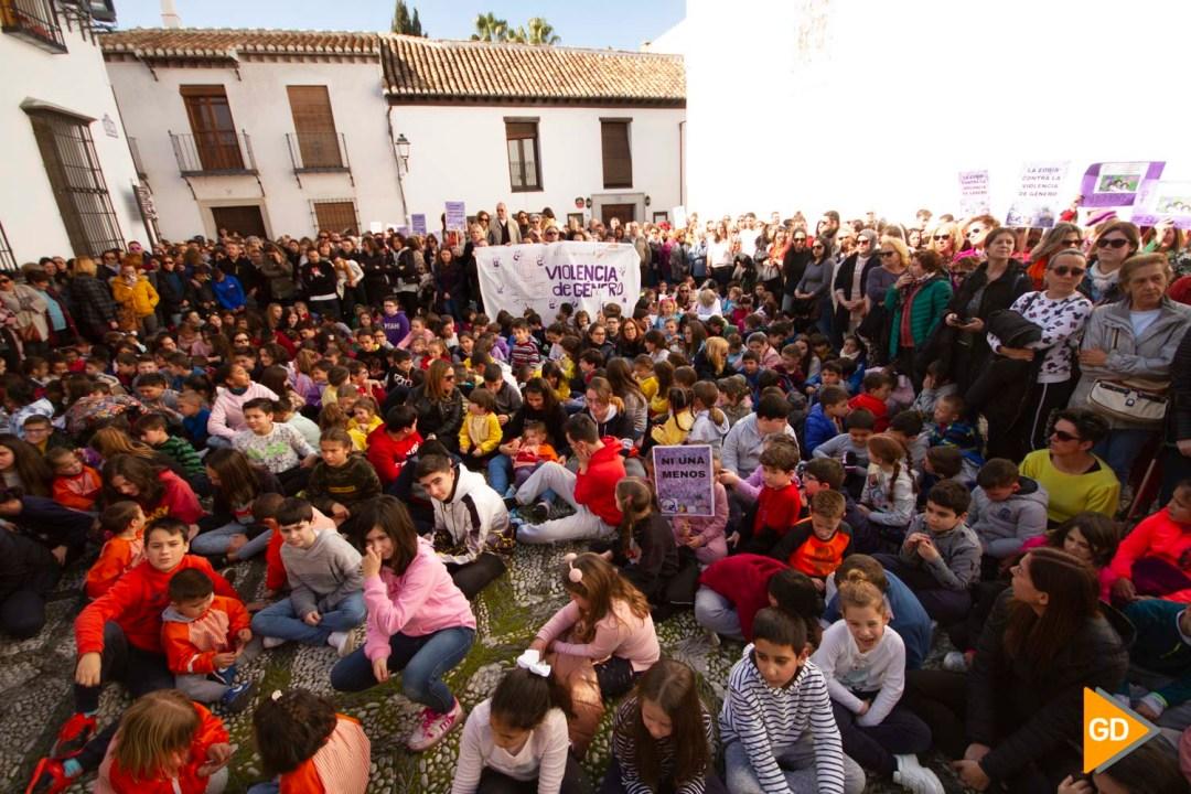 marcha y lectura de un manifiesto por la muerte de una de sus maestras del colegio Isabel la Catolica de la Zubia