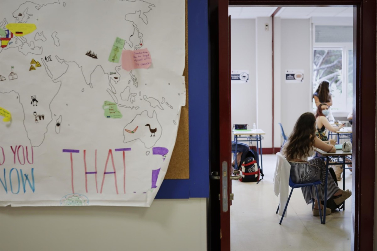 Alumnas colegio Alameda de Osuna de Madrid, con mascarillas y separadas en clase – Jesús Hellín – Europa Press