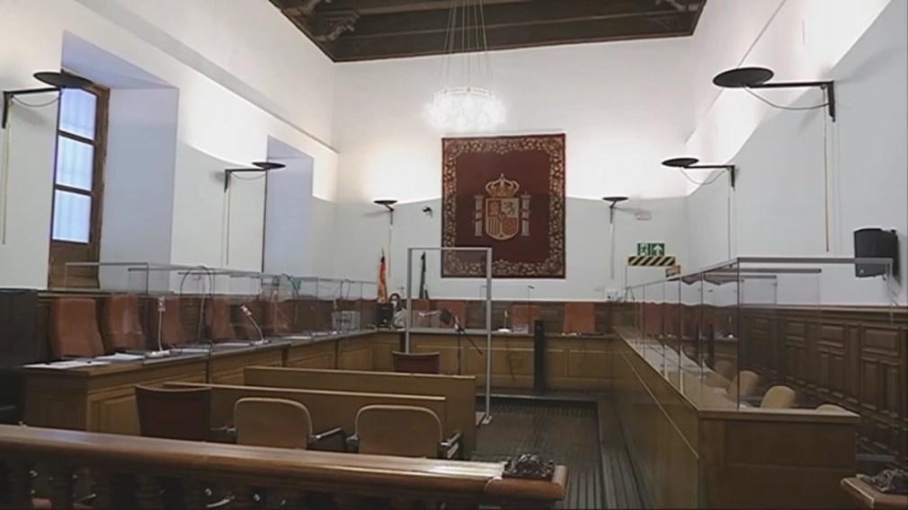Sala de la Audiencia provincial de Granada vacía