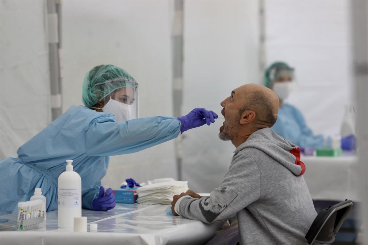 Una sanitaria practica una prueba PCR a un paciente. EP Europa Press
