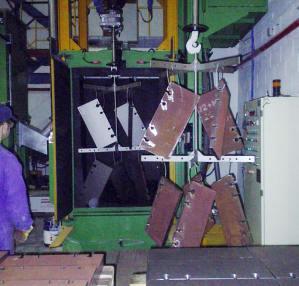 Decapado de piezas de diveras medidas en la granalladora automática