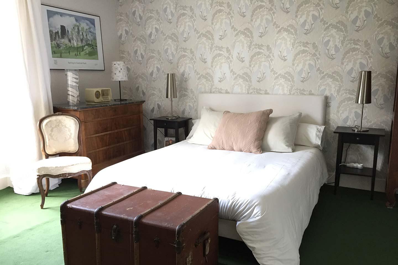Chambre Oncle Roger de Grand Bouy, vue sur le lit double, les chevets et la commode