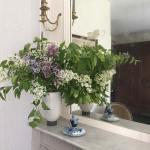 Chambre Oncle Roger de Grand Bouy, un bouquet de lilas posé sur le manteau de cheminée