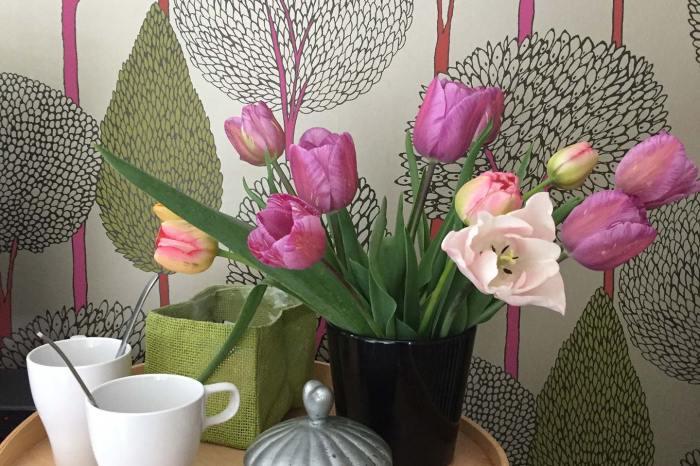 Chambre Tante Marthe de Grand Bouy, détail du plateau de bienvenue avec bouquet de tulipes du jardin