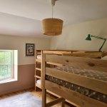 La Maison de Célestin : chambre pitchoune : le dortoir des enfants avec 2 lits superposés et un lit gigogne. Vue sur le parc