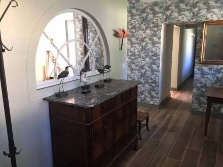 La Maison de Célestin, l'entrée et le couloir menant à la cuisine et à la buanderie