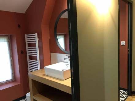 La Maison de Célestin, les salles de bain avec leurs murs couleur terra-cotta et sol carreaux de ciment noir et blanc