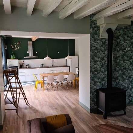 La Maison de Célestin, grand séjour avec cuisine ouverte, baie vitrée et poêle à bois