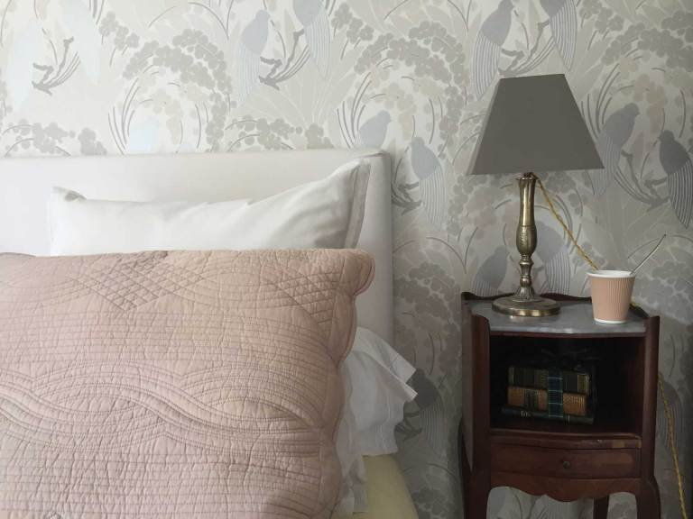 La chambre Oncle Roger de Grand Bouy, vue de détail sur la table de nuit et un coin du lit.