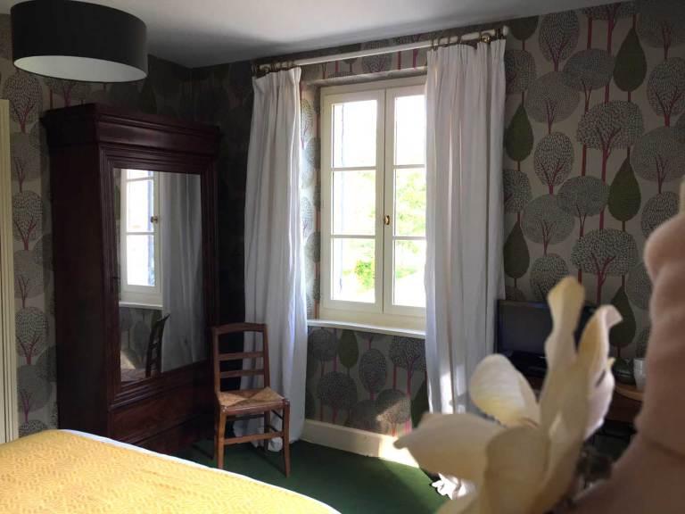 Chambre Tante Marthe de Grand Bouy, vue sur l'armoire à glace et la fenêtre