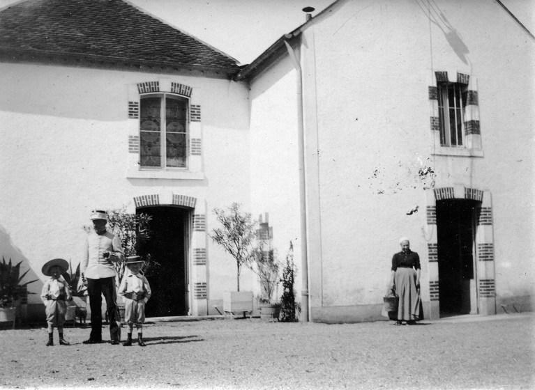 Photo ancienne de Grand Bouy, la cour et la porte d'entrée