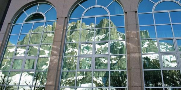 Loèche-les-Bains : reflet des montagnes sur la façade du centre thermal (Photos Gérard Antonetti)