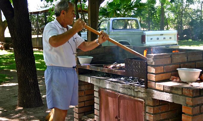 Ricardo prépare l'Asado du dimanche déjeuner