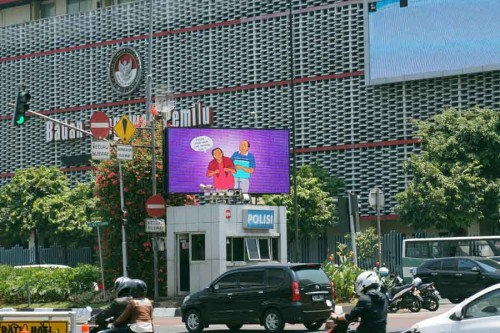 Drivers stop at a traffic light in Central Jakarta to watch the 10 signs video, screened on electronic billboards in 12 strategic locations across Jakarta during World Alzheimer's Month 2014, courtesy of the Jakarta City Government.