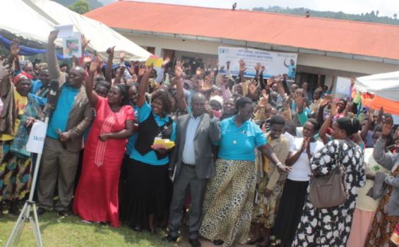 Des résidents du district de Kabale participent à un dialogue communautaire. Photo gracieuseté de White Ribbon Alliance of Uganda