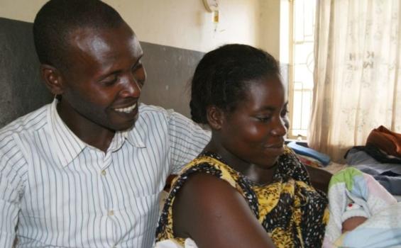 Parents avec leur nouveau-né à l'Hôpital régional de référence de Kabale. Photo gracieuseté de Amref Health Africa en Ouganda