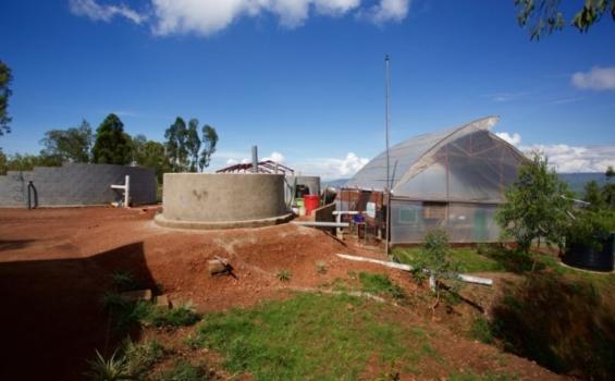 De gauche à droite, le réservoir de réception des boues fécales, les réservoirs de floculation et le système d'assèchement mécanique à l'usine de la société Pivot Works. Promouvoir un mouvement mondial