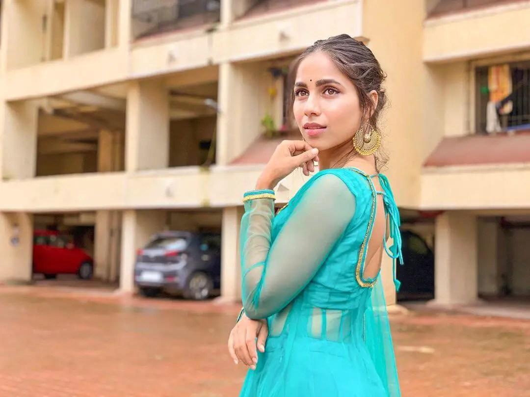 Veebha Anand height and body figure