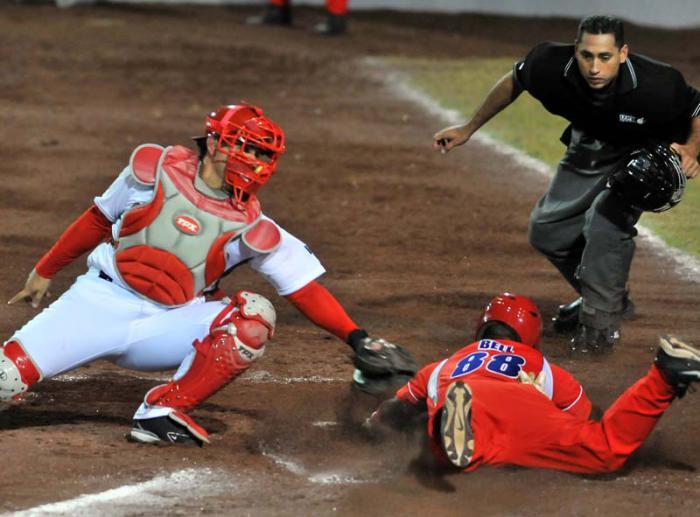 Jugada en home de Alexei Bell, Beisbol de los JCC en Veracrúz 2014, Cuba vs Mexico