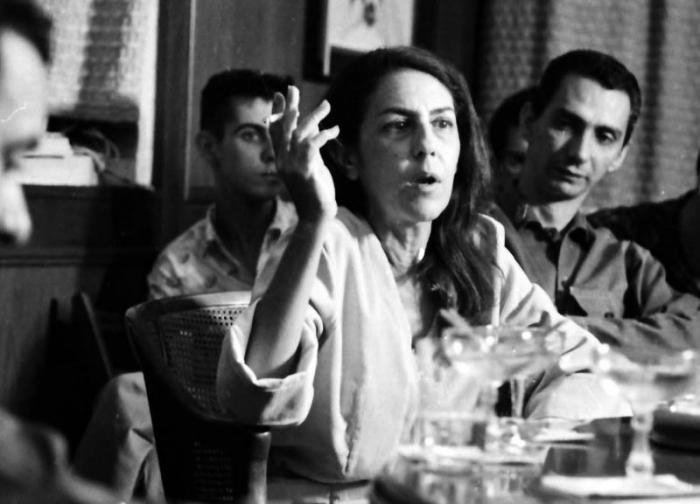 Celia Sánchez interviene en el encuentro con los médicos guerrilleros, a su lado Jorge Enrique Mendoza, director del periódico Granma.