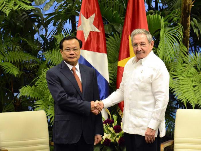 El General de Ejército Raúl Castro Ruz, Primer Secretario del Partido Comunista de Cuba y Presidente de los Consejos de Estado y de Ministros, recibió al miembro del Buró Político del Partido Comunista de Vietnam, Pham Quang Nghi, secretario de esa organización en la ciudad de Hanoi.