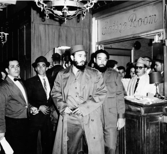 Fidel llega a las 11:30 de la noche (20-9-60) al hotel Theresa en Harlem, luego de ser recibido por Dag Hammarskjold, secretario general de la ONU, a quien le informó que acamparía en los jardines de esa organización porque no tenía alojamiento. A su derecha el Capitán Antonio Núñez Jiménez.