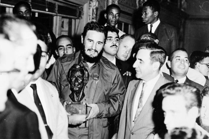 Integrantes del comité Pro Justo Trato para Cuba, reunidos en el salón principal del hotel Theresa, le entregaron a Fidel un busto de Abraham Lincoln. Al agradecerles ese gesto el Comandante expresó: