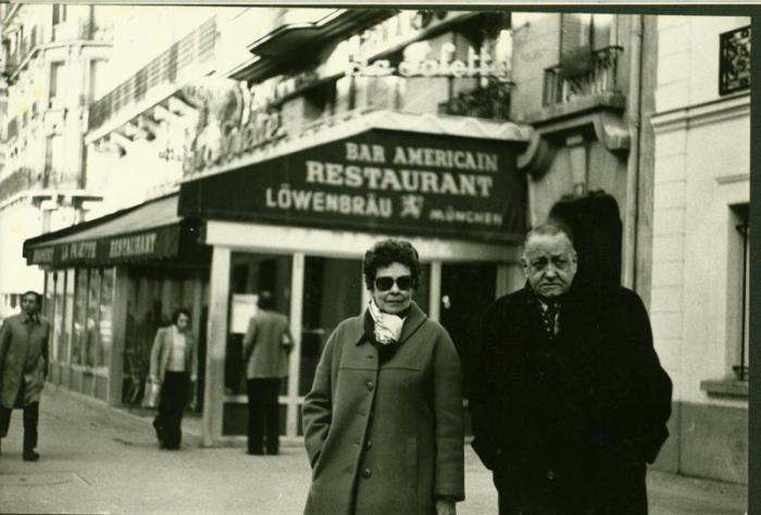 Alejo Carpentier junto a su esposa Lilia Esteban, por París, un poco antes de su muerte.