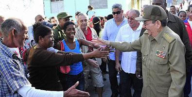 Raúl sorprendió a los santiagueros al recorrer la céntrica calle Enramada, desde la Plaza de Marte hasta la Alameda, acompañado por Lázaro Expósito