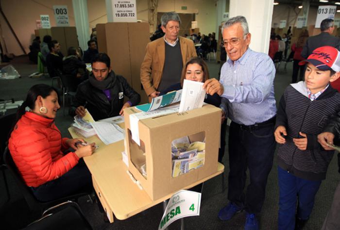 BOG200. BOGOTÁ (COLOMBIA), 02/10/2016.- Colombianos votan el plebiscito hoy, domingo 2 de octubre de 2016, en Bogotá (Colombia). El plebiscito de la paz 34.899.945 ciudadanos podrán votar