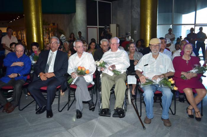 Alicia Alonso, Roberto Fernández Retamar, Roberto Fabelo, Eusebio Leal y Alicia ALonso, distinguidos como Maestro de Juventudes, en el Memorial José Martí, La Habana.