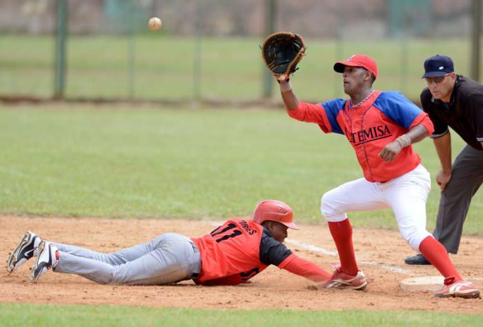 Beisbol-Final-Sub 23-2016 STC-ART jugada en primera base para ilustrar.