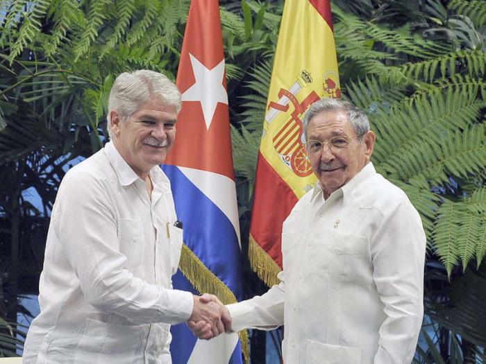 Raúl Castro y Alfonso María Dastis Quecedo