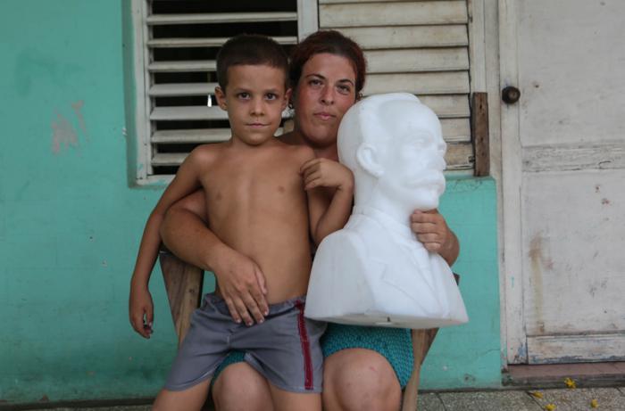 José Daniel de la Torre Sampier, el busto de José Martí, su mamá y amigos, en Punta Alegre, Ciego de Ávila.