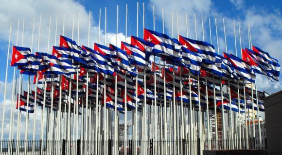 Monte de banderas cubanas