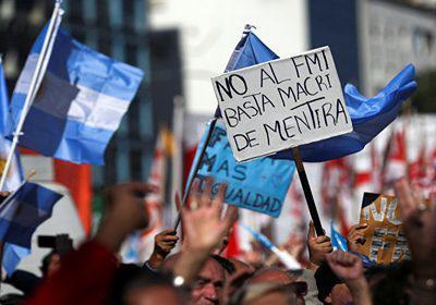 Ciudadanos protestan  contra las políticas de Macri fuera del Congreso Nacional en Buenos Aires.
