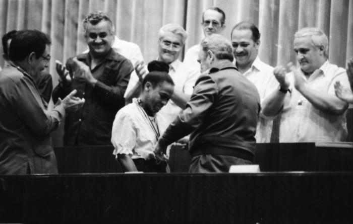 Al regreso de la delegación, Fidel, en presencia de Raúl, reconoce a la corredora Ana Fidelia Quirot.