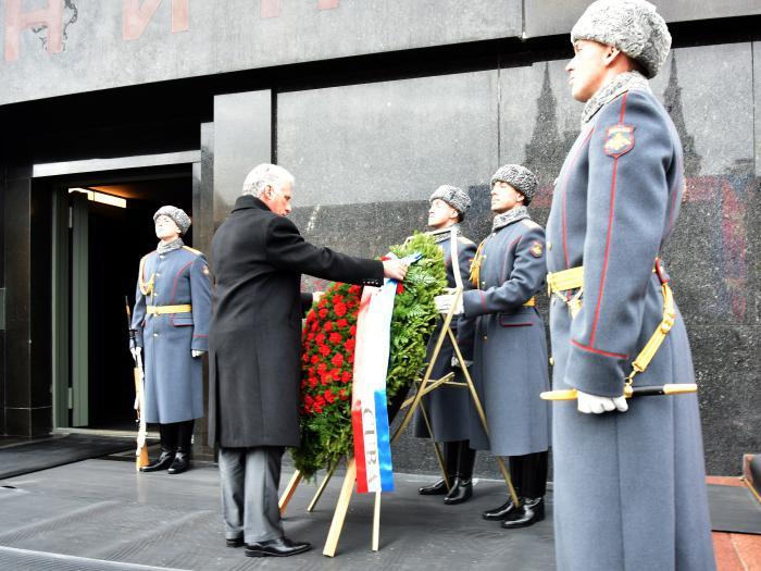 Justo a la entrada del mausoleo que guarda el féretro de Vladimir Ilich Lenín, dejó el Jefe de Estado una hermosa ofrenda floral en nombre del pueblo de Cuba.