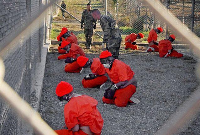 Detenidos en una de las celdas de la prisión estadounidense en la ilegal base en Guantánamo, en 2012. Foto: Prensa Libre