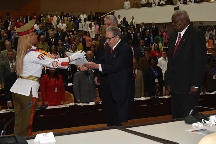El General de Ejército Raúl Castro, Primer Secretario del Comité Central del Partido, recibe la nueva Constitución en la Segunda Sesión Extraordinaria de la ix Legislatura de la Asamblea Nacional del Poder Popular. foto: estudios revolución