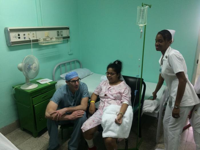Dayré de la Caridad Pérez, de 25 años, fue intervenida de lupus eritematoso sistémico, que le dificultaba la marcha; a su lado izquierdo el doctor Kirck Reichard, expresa su felicidad por el resultado exitoso de la cirugía aplicada. foto del autor