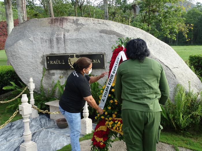 Una ofrenda floral dedicada a Vilma por el pueblo de Cuba fue depositada ante su roca monumento por Teresa Amarelle y Beatriz Johnson.