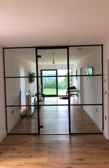 Seamless full height glass screen