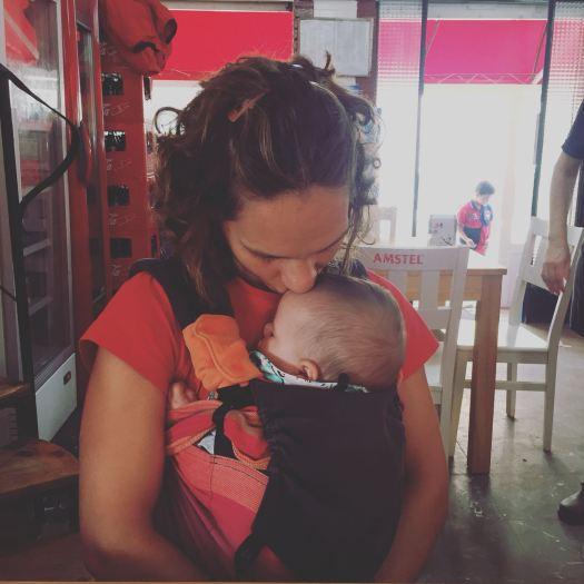 Portear a un bebé recién nacido Granujas Crianza