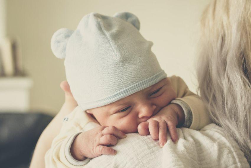 portear a tu bebé recién nacido