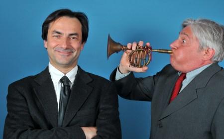 homme sourd écoute de la trompette