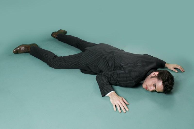 un mort sur fond gris-vert banque image