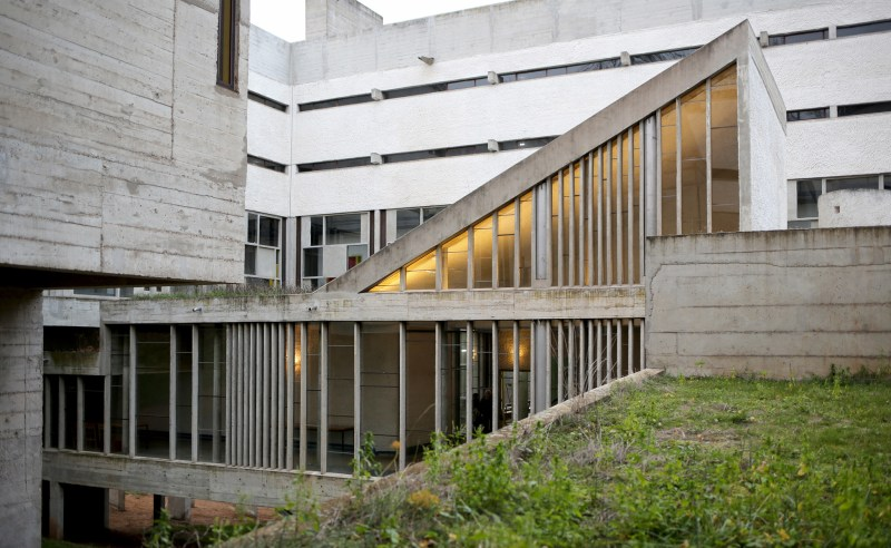 exterieur-cour-couvent-tourette-le-corbusier-IMG_6124